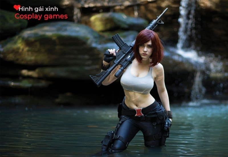 Hình tượng cute girl xinh bên bờ suối cùng khẩu súng